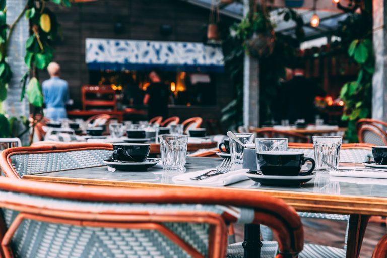 gedeckter-Restaurant-Tisch
